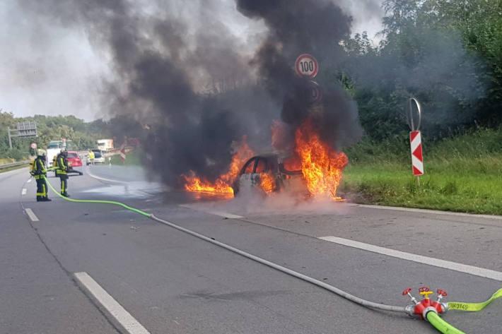 PKW-Brand auf der A43 mit einem Verletzten