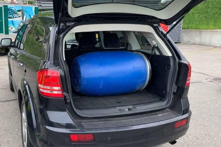 Bei der Kontrolle entdeckten in Laufenburg Mitarbeitende der EZV im Kofferraum des Fahrzeuges ein mit einem Deckel verschlossenes Fass