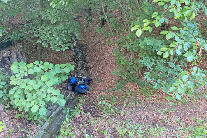 Der verunfallte Motorradlenker war im abfallenden Waldstück von der Strasse aus nicht zu sehen