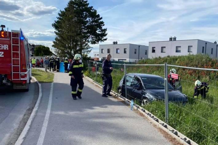 Die 31-jährige Fußgängerin wurde von einem zuvor vom PKW ausgerissenen Verkehrsschild touchiert und in weiterer Folge in ein angrenzendes Grundstück geschleudert