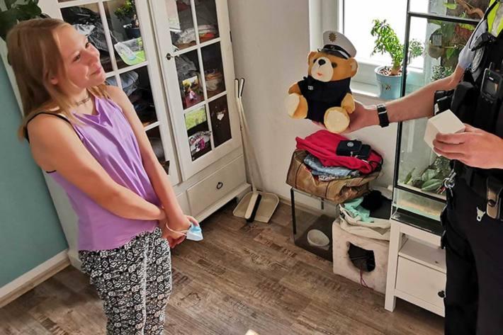 Gestern besuchte der Dienstgruppenleiter der Wache Chorweiler Sophie in ihrem Elternhaus