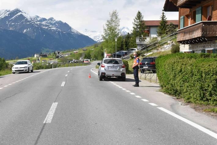 Der Mann wurde beim Unfall in Degen GR gegen die Windschutzscheibe des Autos geschleudert.