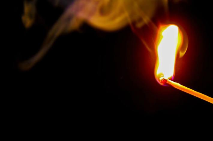 Der Beschuldigte ist der mehrfachen, teils qualifizierten Brandstiftung sowie des mehrfachen Hausfriedensbruchs in Merenschwand angeklagt (Symbolbild)