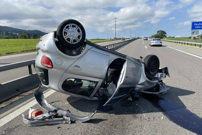 Eine Fahrbahn bleibt mehrere Stunden gesperrt nach Unfall auf der A12