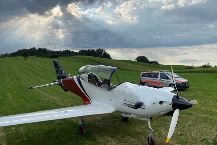 In Adligenswil LU landete am Samstag ein Flugzeug in Not auf einem Feld.