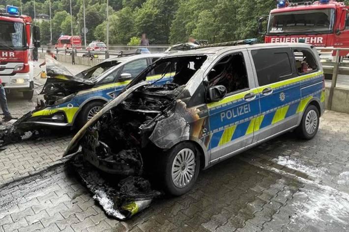 Zwei Altenaer Streifenwagen wurden bei dem Feuer zerstört