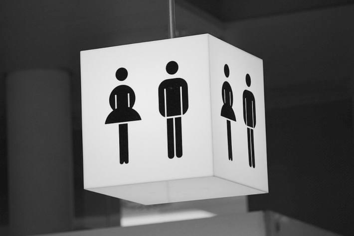 Ein Mann hat in einer öffentlichen Toilette in Einbeck ein 9-jähriges Mädchen belästigt (Symbolbild)