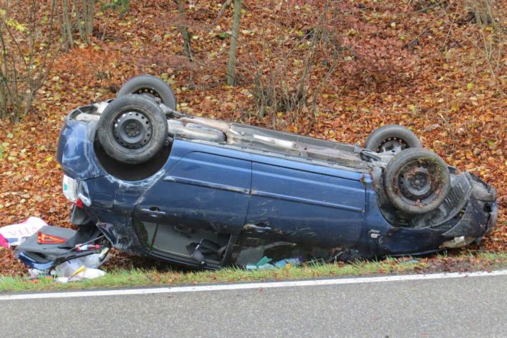 Das Auto landet auf dem Dach.