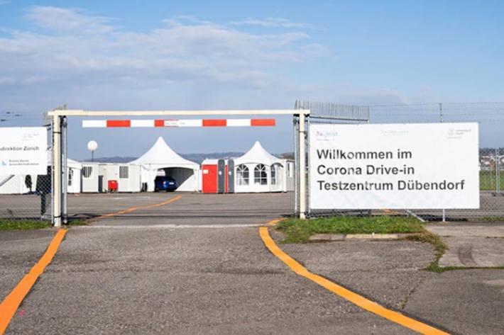 Das Rollfeld vor dem Hangar 8 auf dem Militärflugplatz Dübendorf wird zurzeit nicht von Flugzeugen angesteuert, sondern von Personenwagen