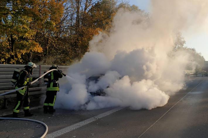 Brennender PKW auf dem Standstreifen der A45 bei Dortmund