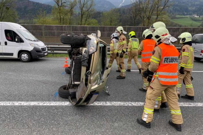 Feuerwehr Aufgabe bestand darin, die Unfallstelle abzusichern und das Fahrzeug am Pannenstreifen für den Abschleppdienst vorzubereiten