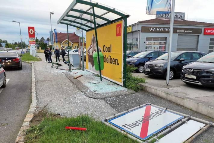 Ein PKW kam im Kreuzungsbereich in Felixdorf ins Schleudern, rammte eine Ortstafel und beschädigte darauf eine Bushaltestelle schwer