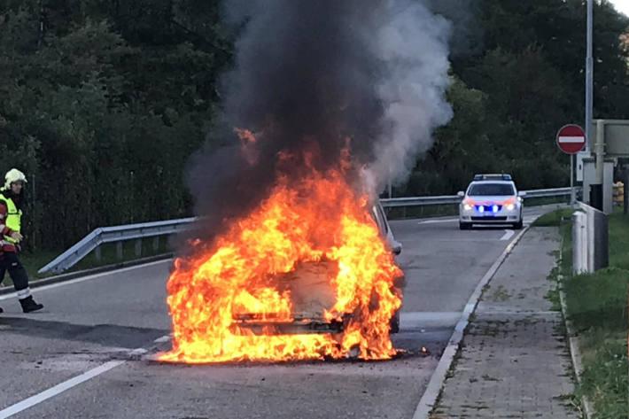 Brennendes Fahrzeug an der A2 bei Tenniken