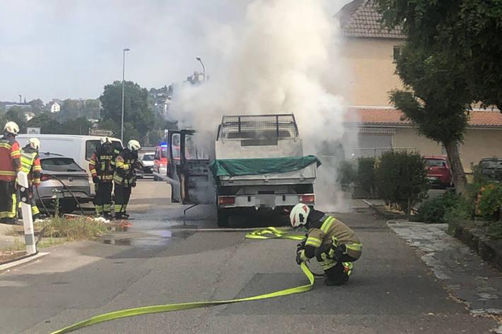Lieferwagen brennt vollständig aus