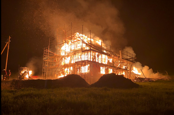 Feuer auf einem Bauernhof in Heitenried