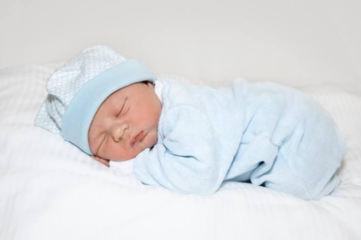 Elia Marino ist das 1. Neujahrsbaby 2021 im Spital Zollikerberg. Er wurde am 1. Januar 2021 um 04.04 Uhr geboren. Er war bei der Geburt 48 cm gross und wog 3250 g. Im Jahr 2020 kamen im Spital Zollikerberg 2'353 Babys zur Welt, zum fünften Mal mehr als 2000 innerhalb eines Jahres. Damit ist die Geburtsklinik des Spitals Zollikerberg seit Jahren eine der beliebtesten in der Schweiz. Die Verwendung dieses Bildes ist für redaktionelle Zwecke honorarfrei. Verwendung bitte unter Quellenangabe: Spital Zollikerberg / Weiterer Text über ots und www.presseportal.ch/de/nr/100058535