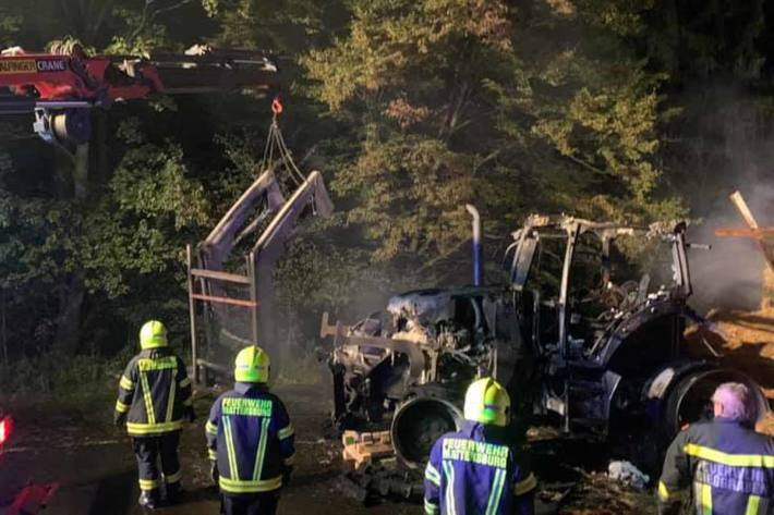 Die B50 wurde aufgrund des Brandes für den gesamten Verkehr in beiden Richtungen bis in die Morgenstunden gesperrt