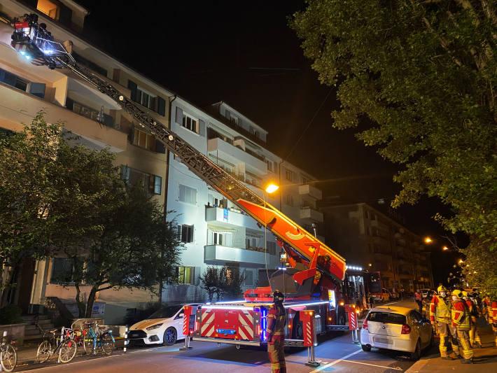 Die Feuerwehr musste heute früh Personen in Bern Breitfeld über die Drehleiter retten.