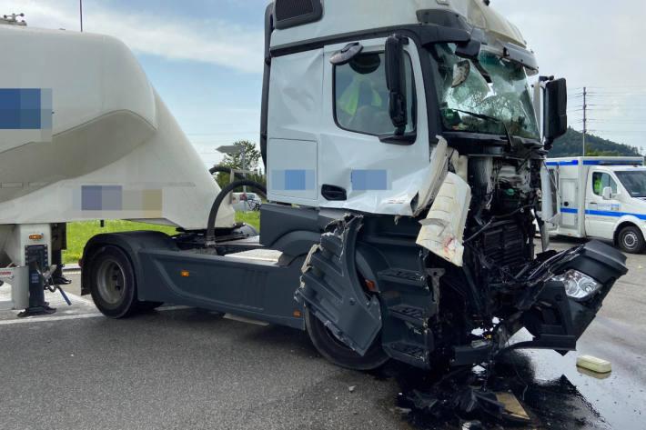 Heftige Kollision zweier Lastwagen in Hunzenschwil AG