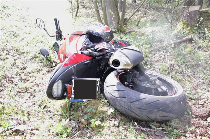 Auto gerät in den Gegenverkehr und kollidiert mit Motorrad
