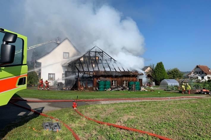 In Altikon ZH wurde eine Scheune Opfer der Flammen.