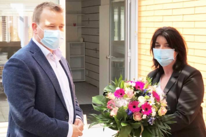 Gesundheits-, Sozial- und Umweltdirektor Christian Arnold dankt Ruth Kappeler als Leiterin des Contact Tracings stellvertretend für alle Beteiligten im Gesundheitswesen für den grossen Einsatz während der Coronapandemie.