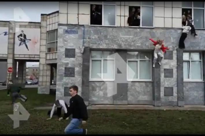 Studenten springen aus Fenster an der Universität in Prem, um sich vor dem Amoklauf in Sicherheit zu bringen.