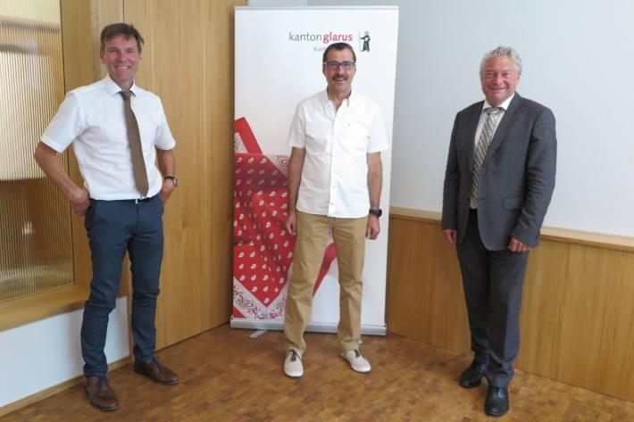 Bildlegende v.l.n.r.: Polizeikommandant Markus Denzler, Hannes Murer, Landammann Dr. Andrea Bettiga