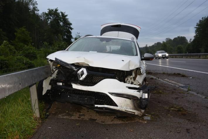 Der Schaden am Auto und der Strasseneinrichtung ist gross.
