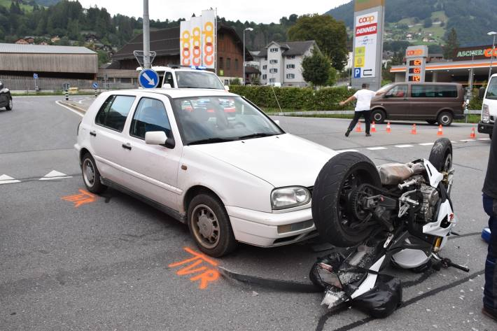Der Motorradfahrer wurde übersehen.