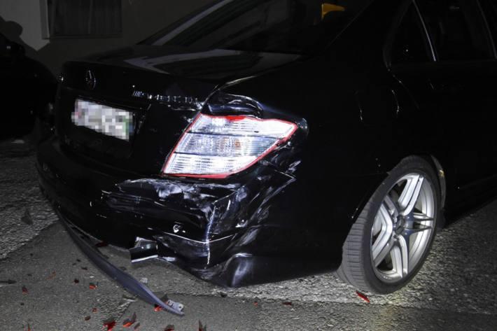 In Schmerikon SG hat gestern ein fahrunfähiger Lenker weinen Unfall verursacht und ist danach abgehauen.