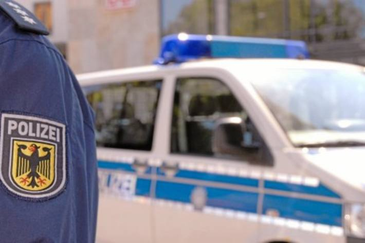In Hümme tritt gestern ein unbekannter Mann gegen den Zugbegleiter.