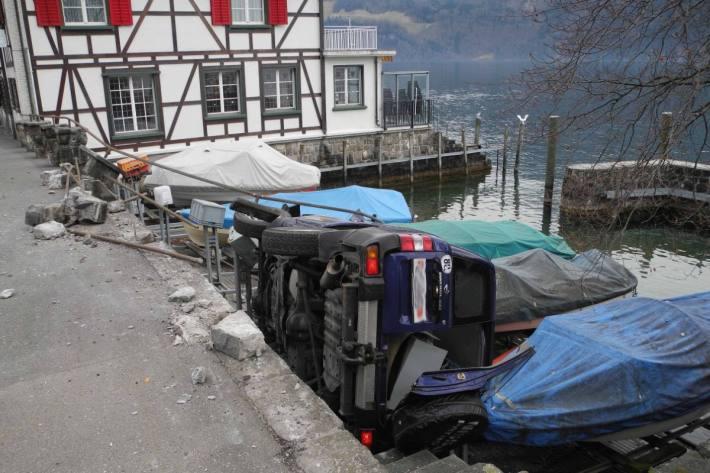 In Gersau SZ ist gestern ein Auto auf die Boote gestürzt.