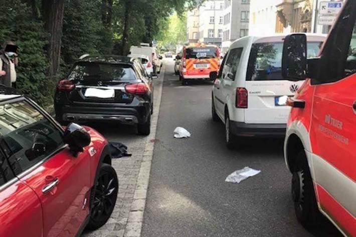 Der 80-Jährige wurde in Trier durch den Aufprall gegen einen geparkten Pkw geschleudert und erlitt schwere Verletzungen