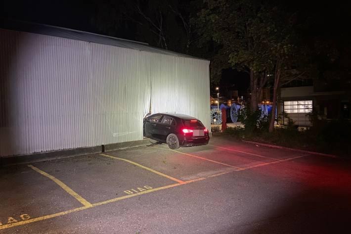 In Brugg AG ist heute Nacht ein Mercedes in eine Lagerhalle gefahren.