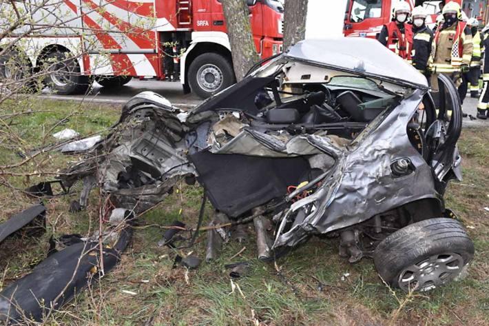 Während die Insassen des Klein-Lkw selbstständig ihr Fahrzeug verlassen konnten, waren die beiden Pkw Insassen schwer verletzt im Fahrzeug eingeklemmt