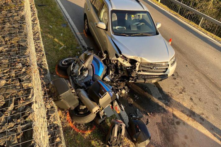Motorradfahrer bei Kollision mit Auto verletzt in Oberägeri