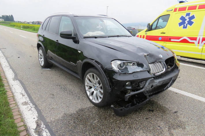 Die BMW-Fahrerin musste zur Kontrolle ins Spital gebracht werden.