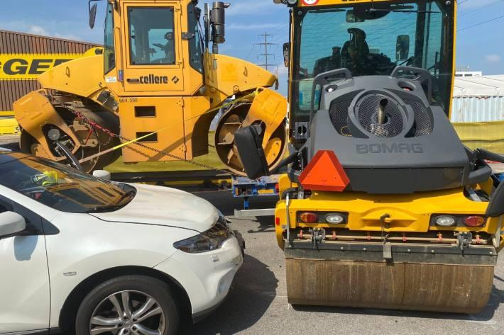 Gestern hat sich in Rotkreuz ZG eine Baumaschine von einem fahrenden Lastwagen gelöst.