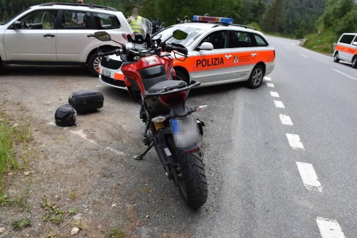 Der Motorradfahrer verletzte sich gestern beim Selbstunfall in Zernez GR mittelschwer.