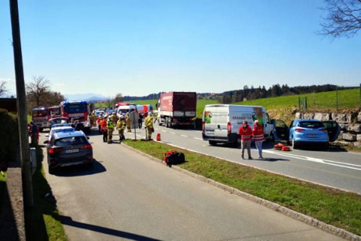 6 Verletzte bei schwerem Auffahrunfall in Eugendorf