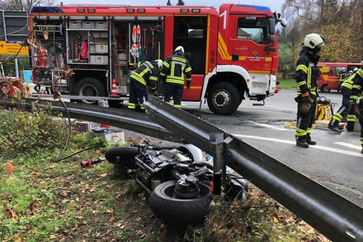 Feuerwehr befreit eingeklemmten Motorradfahrer unter Leitplanke in Sprockhövel