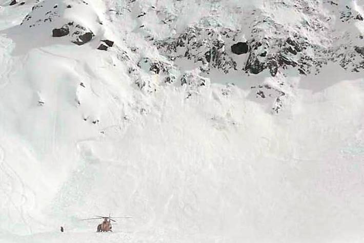 Zwei Wintersportler alarmierten in Andermatt die Rega und halfen, die Verschütteten aus den Schneemassen zu befreien