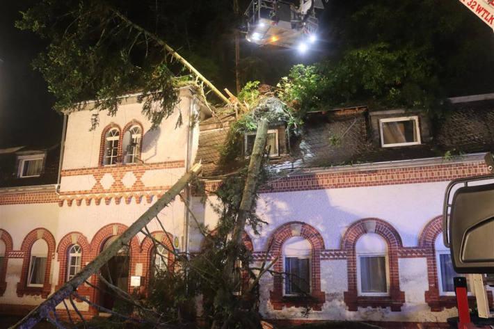 Wohnhaus durch mehrere umstürzende Bäume beschädigt