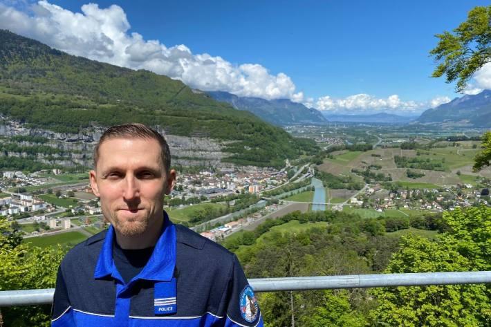 Loïc Freiholz wird bei der Walliser Kantonspolizei befördert.