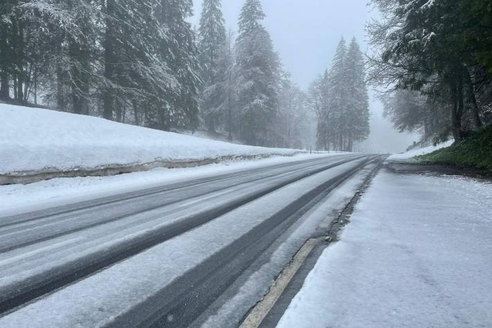 Am Dienstagmorgen könnte oberhalb von rund 1'000 Meter über Meer lokal Schnee liegen.