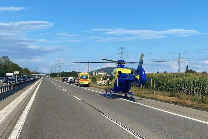 Rettungshelikopter im Einsatz nach Auffahrunfall zwischen zwei Autos auf der A1