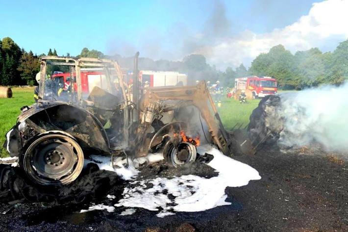 Brand eines Traktors auf einer Wiese bei Gladrow