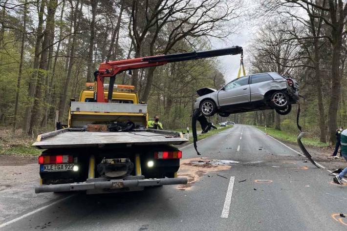 Der Fahrer und sein 33-jähriger Beifahrer wurden in Goch bei dem Unfall schwer verletzt