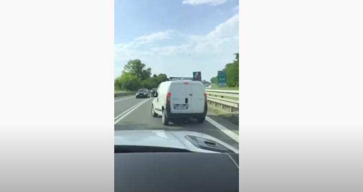 Drei Kinder flüchten mit einem gestohlenen Transporter.